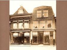 het rechter pand is nieuw gebouwd in 1925 begin jaren 40 werd de woning verbouwd en in de jaren 50 werd de winkel gemoderniseerd